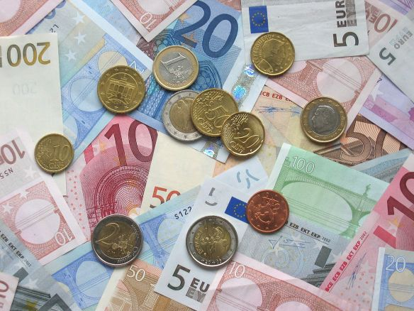 1024px-Euro_coins_and_banknotes